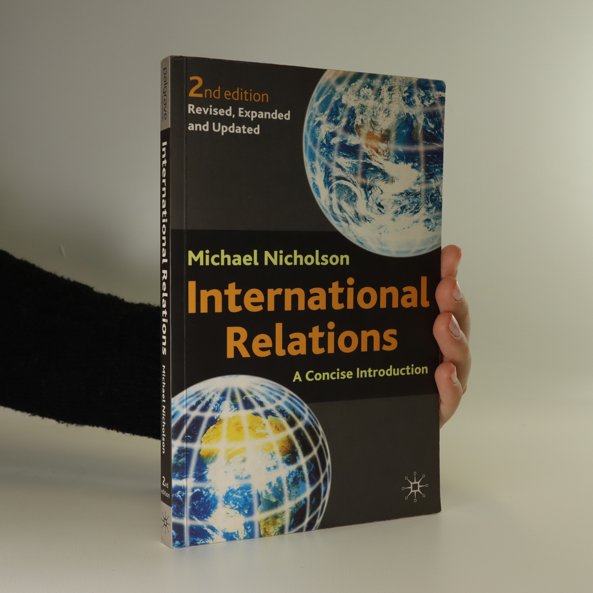 antikvární kniha International relations. A concise introduction, 2002