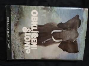 náhled knihy - Obklíčeni slony (A4, Ocpl, 232 s., 71 čb a 30 bar foto)