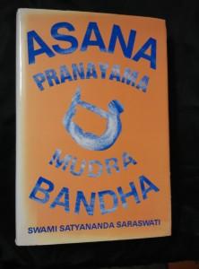 náhled knihy - Asana Pranayama Mudra Bandha (A4, Ocpl, 356 s.)