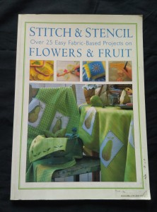 náhled knihy - Stitch and Stencil - Over 25 Easy Fabric-Based Projects on Flowers and Fruit (A4, 80 s., bar vyobr.)
