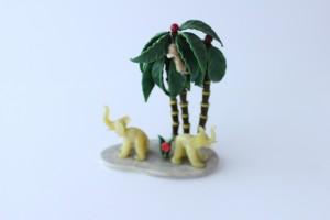 náhled knihy - sloni pod palmami s opicí, sklo, 1. republika