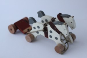 náhled knihy - Stará dřevěná hračka, koníci s povozem