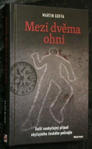 náhled knihy - Mezi dvěma ohni : [další neobyčejný případ obyčejného českého policajta]