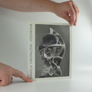 náhled knihy - Daniela Vinopalová-Vodáková, Hledání tvaru : plastiky z let 1960-1996 : katalog výstavy] Praha 15. dubna - 12. května 1996