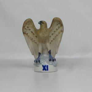 náhled knihy - Porcelánová soška sokola s číslicí XI, Royal Dux