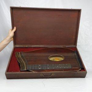 náhled knihy - Citera A. Osmanek, 1850, Saiten-u. Musikinstrumenten-Fabrik. Schonbach bei Eger in Bohmen.