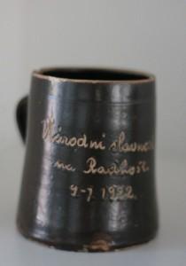 náhled knihy - Keramický hrnek - Národní slavnost na Radhošti 1922
