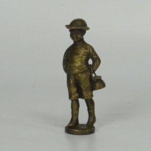 náhled knihy - Mosazná miniatura, chlapec s kotlíkem, 8 cm