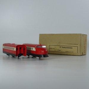 náhled knihy - TT Fachwerkbrücke. Červená plastová lokomotiva s osobním vozem.