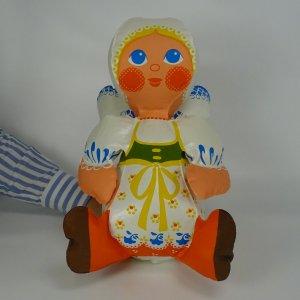 náhled knihy - Nafukovací panenka v lidovém kroji. Design Libuše Niklová. Uchází.