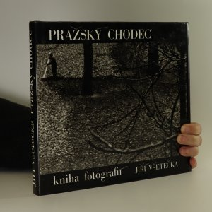 náhled knihy - Pražský chodec. Kniha fotografií Prahy na motivy Vítězslava Nezvala